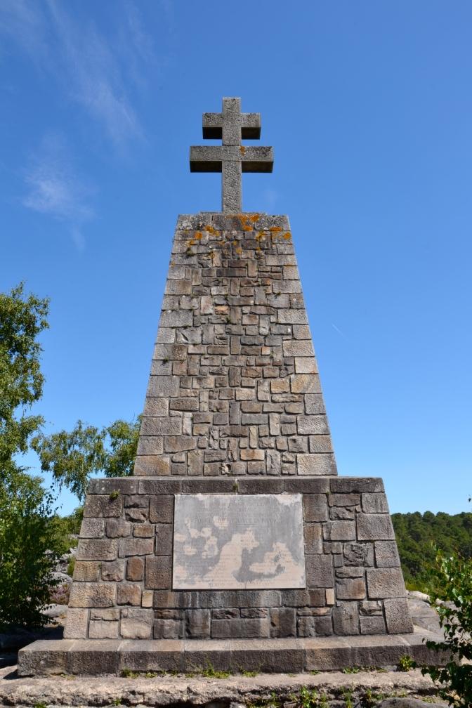 Krzyż lotaryński (Croix de Lorraine) na czwartym garbie, wys. 10,30 m (3,30 m sam krzyż), waga – 110 ton. Krzyż upamiętniający sieć francuskiego ruchu oporu – Publican.