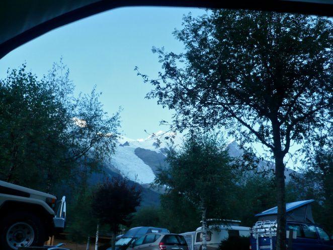 Widok z namiotu na Mont Blanc o poranku.