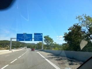 Na autostradzie, w drodze do Nicei. Sur l'autoroute, en direction de Nice.