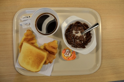 Śniadanie w hotelu. Petit-déjeuner à l'hôtel.