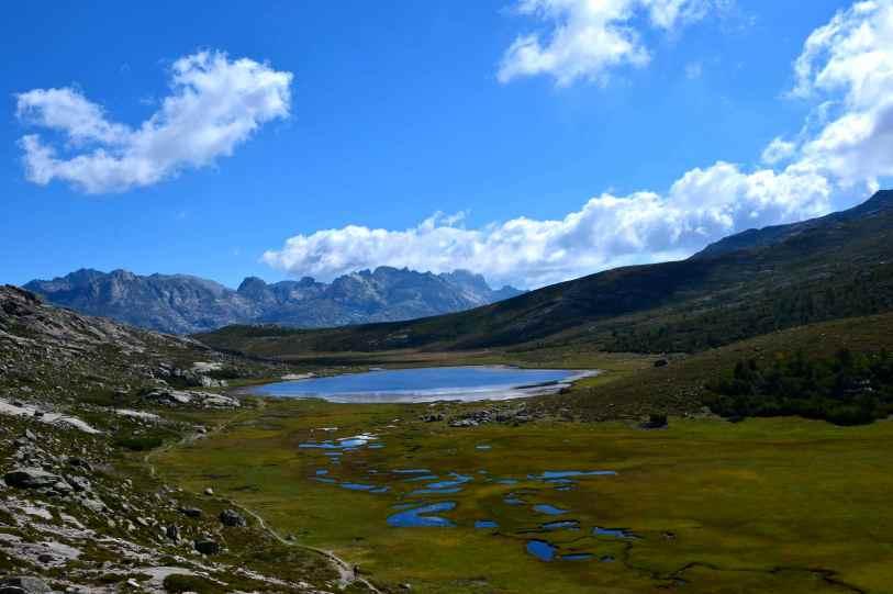 Jezioro Nino (1743 m) o powierzchni 6,3 ha jest źródłem rzeki Tavignano. Lac de Nino (1743 m) avec 6,3 ha de superficie est la source du fleuve Tavignano.