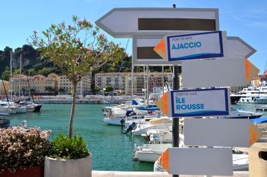 Wyczuwalna staje się powoli bliskość Korsyki, pojawiają się drogowskazy z korsykańskimi nazwami… On commence à ressentir que la Corse n'est pas très loin, les panneaux avec des noms corses apparaissent…