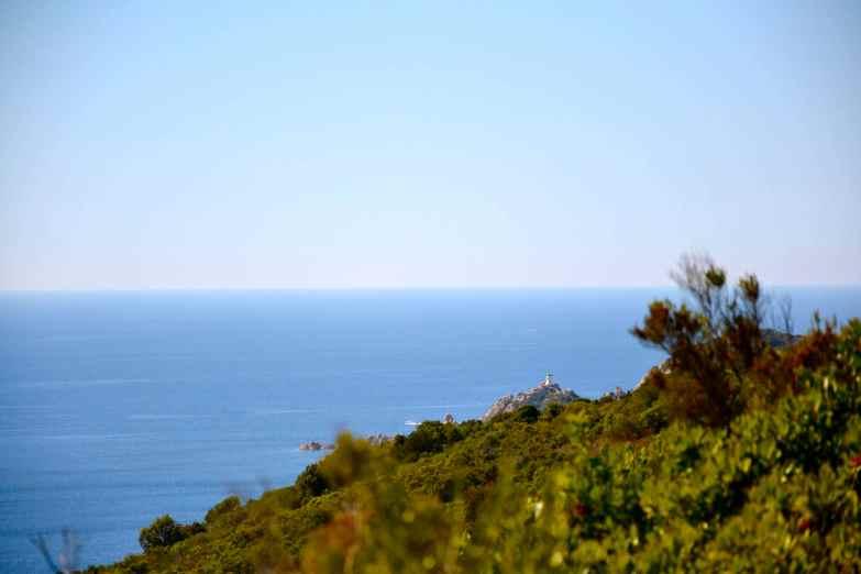 Pierwsza z nich to krótki marsz w stronę kolejnej latarni morskiej, którą można dostrzec na zdjęciu powyżej. Jest to latarnia Capu di Muru wybudowana w 1927 roku. Znajduje się miedzy dwoma zatokami – Ajaccio i Valinco. Niesie światło na 9 mil, białe błyski co 4 sekundy. Première visite est une petite randonnée vers un phare que l'on peut voir sur la photo ci-dessus. C'est le phare Capu di Muru, inauguré en 1927. Il se trouve entre deux golfes – celui d'Ajaccio et celui de Valinco. C'est un feu blanc toutes les quatre secondes, sa portée est limitée à 9 milles.