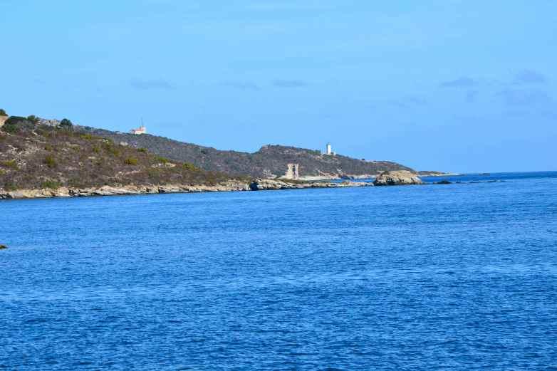 Latarnia morska Mortella zainaugurowana w 1877 roku. Znajduje się 5 km od latarni Fornali idąc wzdłuż wybrzeża. Wznosząca się na 14 metrów, niesie światło na 8 mil, zielony błysk co 4 sekundy. Le phare de Mortella inauguré en 1877 qui se trouve à 5 km de Fornali en suivant le rivage. Il s'élève à 14 mètres, porte le feu à 8 milles avec des éclats verts toutes les 4 secondes.