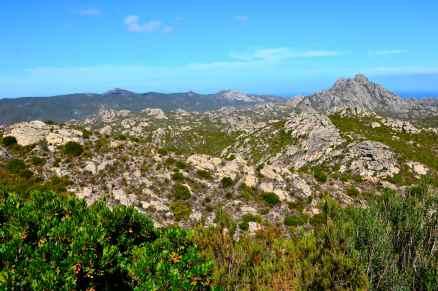 Po prawej na zdjęciu – Szczyt Ortella (416 m) znajdujący się na pustyni Agriates. A droite sur la photo – La cima d'Ortella (416 m) qui se trouve dans le désert des Agriates.