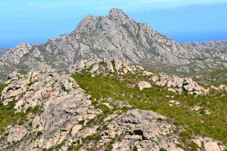 Szczyt Ortella (416 m). La cima d'Ortella (416 m).