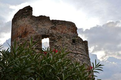 Pierwsza genueńska wieża napotkana na Korsyce – wieża Sacro. Première tour génoise aperçue en Corse – Tour génoise de Sacro.