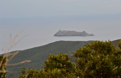 Pierwsze spojrzenie na latarnie morską na wyspie Giraglia (wznosi się ona ponad 60 metrów n.p.m.). Budowa latarni trwała prawie 10 lat, jej inauguracja miała miejsce 1 stycznia 1848 roku. Duża, biała wieża jest zakończona czarną laterną, światło niesione jest na 30 mil, białe błyski co 5 sekund. Premier regard sur le phare de l'île de la Giraglia qui s'élève à plus de 60 mètres au-dessus de la mer. Sa construction a duré presque 10 ans, son inauguration a eu lieu le 1 janvier 1848. Il se présente comme une grande tour blanche, couronnée d'une lanterne noire. Le phare donne un feu à éclat blanc toutes les 5 secondes, portant à 30 milles.