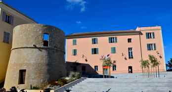 Merostwo L'Île-Rousse. La mairie de L'Île-Rousse.