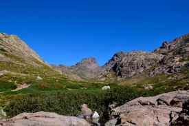 Pierwsze spojrzenie na Capu Tafunatu 2 335 m (środek zdjęcia) i Paglia Orba 2 525 m. Pomiędzy tymi dwoma szczytami – Col des Maures (przełęcz). Premier regard vers Capu Tafunatu (au centre) et Paglia Orba. Entre ces deux sommets – le Col des Maures.