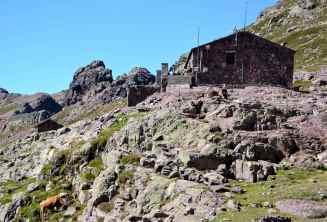 Po czterech godzinach marszu dochodzimy do schroniska Ciottulu di i Mori (1 991 m). Après quatre heures de marche nous arrivons au refuge Ciottulu di i Mori (1 991 m).