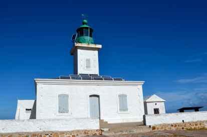 Latarnia morska La Pietra (1857 r.) jest 13-sto metrową wieżą z zieloną laterną. Niesie białe i zielone światło na 15 mil, 3 błyski co 12 sekund. Le phare de la Pietra (1857) est une tour de 13 mètres avec une lanterne verte. Elle donne le feu à secteur blanc et vert. Elle porte à 15 milles, 3 éclats toutes les 12 secondes.