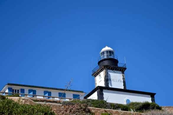 Latarnia Revellata została zainaugurowana 1 grudnia 1844 roku. Niesie światło o dwóch białych błyskach co 15 sekund (błysk 0,1 s, przerwa 3,9 s, błysk 0,1 s, przerwa 10,9 s) na 24 mile. Le phare de la Revelatta a été inauguré le 1 décembre 1844. Il émet une lumière avec deux éclats blancs toutes les 15 secondes (éclat 0,1 s, obscurité 3,9 s, éclat 0,1 s, obscurité 10,9 s) portant à 24 milles.
