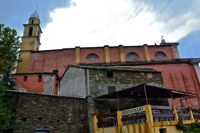Kościół św. Julii (patronki Korsyki) pochodzący z XVI. wieku znajdujący się w miasteczku Nonza. Eglise Ste-Julie (patronne de la Corse) du XVIème siècle qui se trouve dans un village Nonza.
