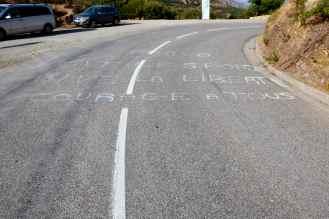 """W 2013 roku podczas setnej edycji Tour de France po raz pierwszy w historii kolarze mieli do przejechania dwa etapy na Korsyce. Napis na drodze – """"Brawo, niech żyje sport, niech żyje wolność, powodzenia dla wszystkich""""."""