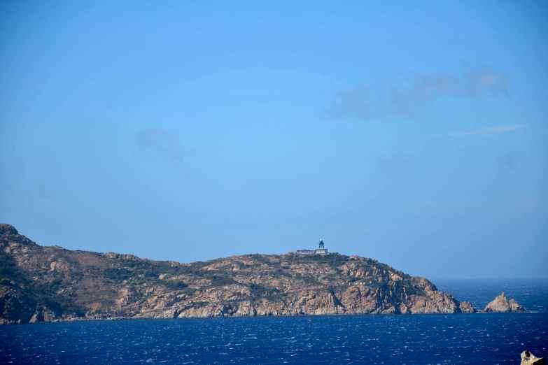 Pierwszy rzut oka na latarnię morską Revellata (latarnia zatoki Calvi) i szlak, który do niej prowadzi. Cel na następny dzień. Premier regard vers le phare de la Revellata (phare du golfe de Calvi) et le sentier qui y mène. L'objectif pour le lendemain.