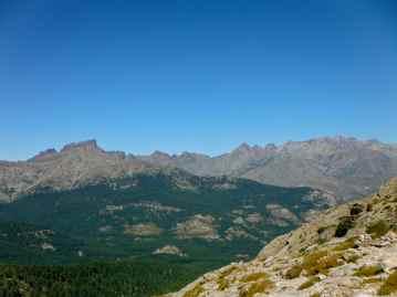 Po lewej stronie widoczne są – Capu Tafonatu, Col des Maures i Paglia Orba. Zdjęcie zrobione z Bocca (przełęcz) a Stazzona (1810 m). Sur le côté gauche de la photo – Capu Tafonatu, Col des Maures et Paglia Orba. La photo a été prise du col Bocca a Stazzona (1810 m).