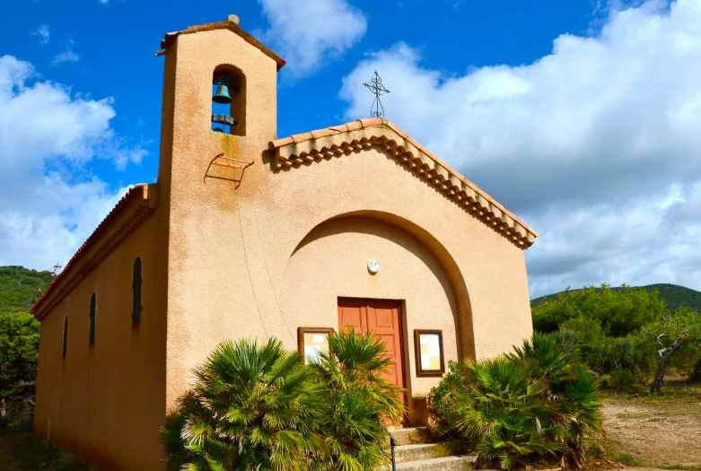 Kościół Saint-Antoine de la Parata znajdujący się przy parkingu w pobliżu Îles Sanguinaires. Eglise Saint-Antoine de la Parata qui se trouve près du parking à la proximité des Îles Sanguinaires.