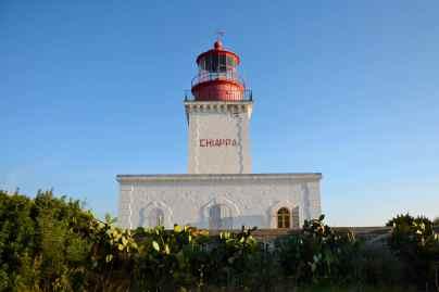 Budowa latarni morskiej la Chiappa rozpoczęła się pod koniec roku 1838; jej inauguracja miała miejsce 1 stycznia 1845 roku. Czerwona lanterna wznosi się 21 metrów ponad ziemią, a sama podstawa latarni znajduje się około 50 metrów ponad poziomem morza. Jej światło to białe błyski (cztery co 15 sekund) niesione na 24 mile. Le phare est mis en chantier dès la fin de 1838 et il sera allumé pour la première fois le 1er janvier 1845. Sa lanterne rouge s'élève à 21 mètres au-dessus du sol et la base du phare se trouve à une cinquantaine de mètres du niveau de la mer. Son feu, 4 éclats blanc toutes les 15 secondes, porte à 24 milles.