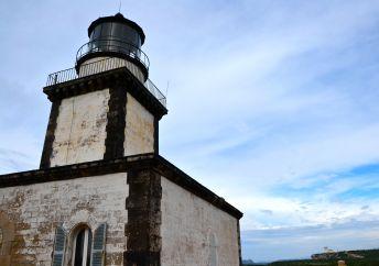 Latarnia morska Pertusato jest pierwszą dużą latarnią Korsyki, została zainaugurowana 15 listopada 1844 roku. Aby zobaczyć ja z bliska wybieramy się na pięciokilometrową wędrówkę, podczas której podziwiać możemy niesamowite widoki. Latarnia jest wieżą o wysokości 21 metrów. Światło, które niesie na 25 mil znajduje się 100 metrów nad poziomem morza. Są to dwa białe błyski co 10 sekund (0,1s – błysk, 2,4s – przerwa, 0,1s – błysk, 7,4s – przerwa). Le phare Pertusato est le premier des grands phares de la Corse, il a été inauguré le 15 novembre 1844. Pour l'approcher, nous partons à la randonnée de 5 kilomètres durant laquelle nous allons voir de magnifiques paysages. Le phare est une tour carrée haute de 21 mètres, son feu porte à 25 milles et se trouve 100 mètres au-dessus de la mer. Il se caractérise par 2 éclats blanc toutes les 10 secondes (0,1s – lumière, 2,4s – obscurité, 0,1s – lumière, 7,4s – obscurité).