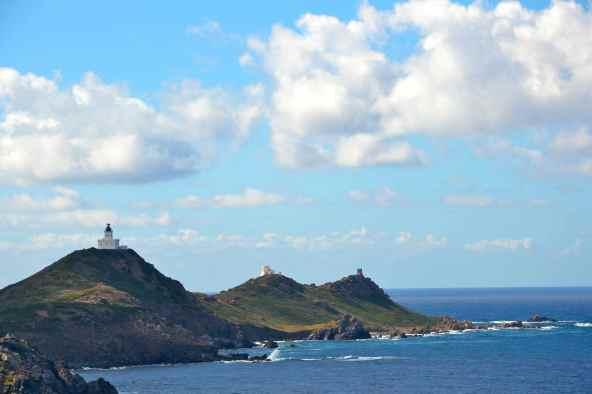Widoczna w oddali latarnia morska wysp Sanguinaires. Decyzja o budowie latarni zapada w 1838 roku, trwa ona 6 lat i inauguracja latarni ma miejsce 1 grudnia 1844 roku. Wznosi się na 80 metrów a jej wieża mierzy ich 18. Niesie światło na 27 mil – błysk 0,1s, przerwa 3,9s, błysk 0,1s, przerwa 3,9s, błysk 0,1s, przerwa 6,9s. Wyspa, na której się znajduje jest długa na 1200 metrów i szeroka na 300. On voit de loin le phare des Îles Sanguinaires. La décision de la construction est prise en 1838, les travaux durent 6 ans et le phare est inauguré le 1er décembre 1844. Il s'élève à 80 mètres et sa tour mesure 18 mètres. Son feu porte à 27 milles avec des caractéristiques suivantes – éclat 0,1s, obscurité 3,9s, éclat 0,1s, obscurité 3,9s, éclat 0,1s, obscurité 6,9s. L'île sur laquelle se trouve le phare et longue de 1200 mètres et large de 300 mètres.