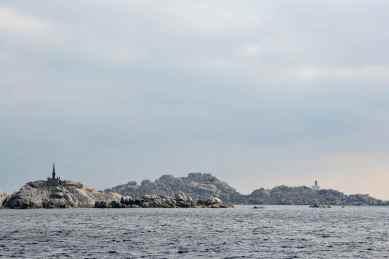 Pierwsze spojrzenie na wyspy Lavezzi i dwie budowle, do których jeszcze wrócimy. Premier regard vers les Iles Lavezzi et deux structures vers lesquelles nous reviendrons plus tard.