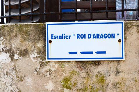 Schody króla Aragona to 187 stopni o średnim nachyleniu 45°. Wg legendy wybudowane zostały w jedną noc przez żołnierzy króla Aragona podczas oblężenia Bonifacio w 1420 roku. L'escalier du roi Aragon. Les 187 marches avec une inclinaison d'environ 45°. Selon la légende, il aurait été creusé en une seule nuit par les troupes du roi d'Aragon lors du siège de Bonifacio de 1420.