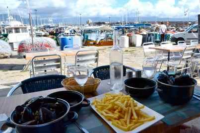 Posiłek w porcie. Repas sur le port.