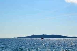 Widok na latarnię la Chiappa (po lewej) i na bazę wojskowa. Vue sur le phare la Chiappa (à gauche) et la base militaire.
