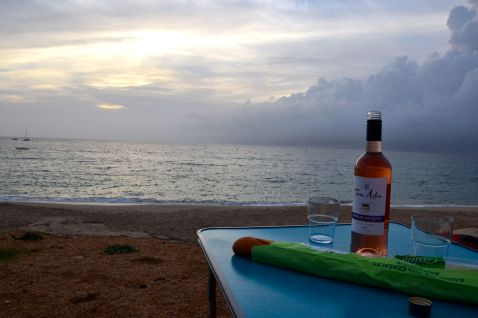 Wracamy do Porticcio na pole namiotowe, na którym nocowaliśmy kilka dni wcześniej i kończymy dzień posiłkiem na plaży z widokiem na Ajaccio i jego zatokę. Nous revenons à Porticcio au camping où nous avons dormi quelques jours avant et nous terminons la journée sur la plage avec la vue sur Ajaccio et son golfe.