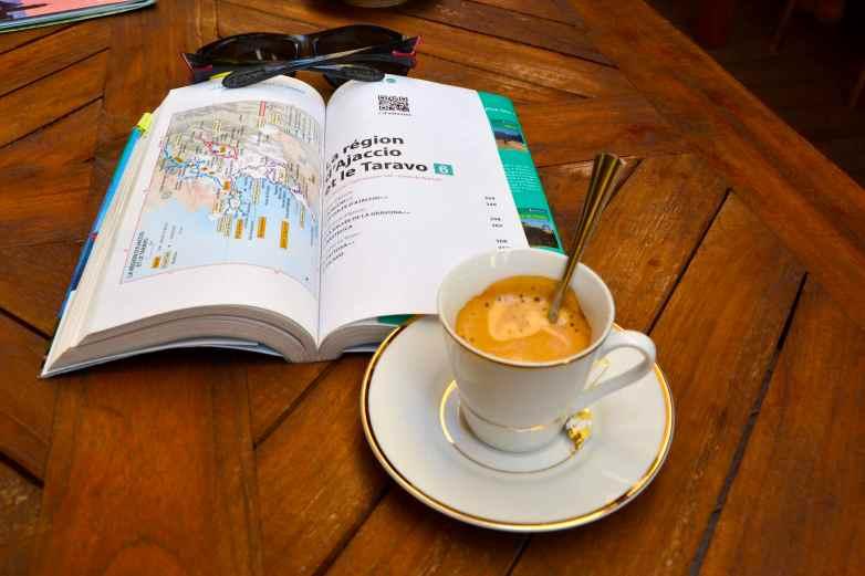 Nie ma co tracić dobrych przyzwyczajeń – kawa. Il ne faut pas perdre de bonnes habitudes – café.
