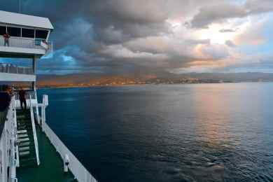 Opuszczamy Ajaccio przy pochmurnym niebie. Nous quittons Ajaccio avec le ciel nuageux.