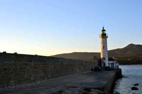 Latarnia morska Propriano. Znajduje się na molu Scogliu Longu. Jest 17-sto metrową wieżą, dającą 3 biało-zielone błyski co 12 sekund. Le phare de Propriano qui se trouve sur la jetée Scogliu Longu. C'est une tour de 17 mètres avec un feu à secteur blanc et vert, 3 occultations toutes les 12 secondes.
