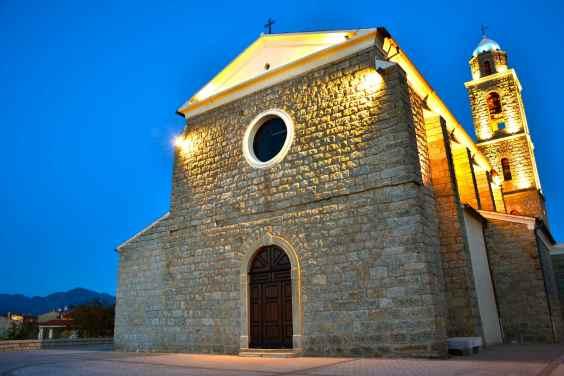 Spojrzenie na kościół Propriano przy zachodzie słońca. Le regard vers l'église de Propriano.