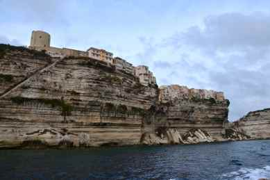 Klify Bonifacio. Po lewej stronie zdjęcia można zauważyć schody króla Aragona. Les falaises de Bonifacio. A gauche sur la photo on peut remarquer l'escalier du Roi Aragon.