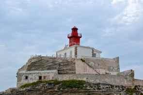 Wpływając do portu Bonifacio, kolejny raz zbliżamy się do latarni morskiej Madonetta. En entrant au port de Bonifacio, nous nous approchons à nouveau du phare de Madonetta.