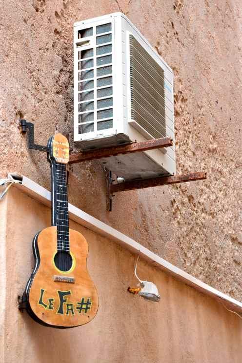 Gitara i piórem.
