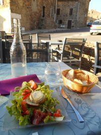 Przed wyjazdem planując GR20 znalazłem informacje o restauracji znajdującej się w Calenzanie, jej nazwa – Restaurant le GR20. Proponują menu o nazwie « GR20 », w skład którego wchodzi wieczorny posiłek oraz śniadanie podawane od 5.30 rano. Cena zestawu 22 euro. Myślę, że to dobry pomysł i decyduję się zamówić menu. Na zdjęciu przystawka, natomiast daniem głównym się zawiodłem, stanowczo zbyt mała porcja jak na posiłek w dzień przed rozpoczęciem GR20.