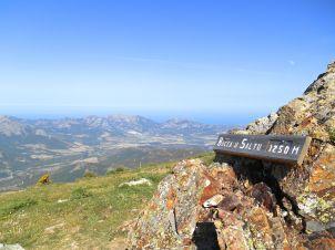 Bocca u Saltu (1250 m). Do tego momentu główną trudnością było ciągłe podejście pod górę, od przełęczy u Saltu pojawiają się podejścia w skale z przymocowanymi łańcuchami. Te momenty wymagają bardziej gimnastycznych ruchów i więcej uwagi.