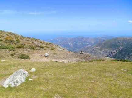 Kolejna przełęcz pierwszego etapu – Bocca à u Bazzichellu (1486 m). Z tego miejsca można podziwiać zatokę Calvi, Ile Rousse oraz Cap Corse.