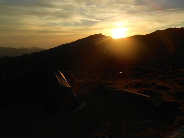 Zachód słońca z widokiem na Crête du Fucu oraz Capu Ghiovu. Zmęczony pierwszym etap kładę się spać około godziny 21 i nastawiam budzik na 4.30 rano.