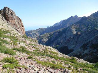 Widok z Bocca di Pisciaghja w kierunku północy. Widok na Capu Gianonne, Capu a u Dente oraz Punta Pisciaghja po lewej stronie (szczyt o tej samej nazwie, co przełęcz). Znajduję się na północnym zboczu szczytu Capu Landruncellu (2145 m) i po przejściu przez przełęcz przechodzę na zbocze południowe…