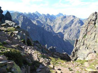 …aby ujrzeć taki widok – masyw Monte Cintu (ze swoim szczytem – w tle po samej lewej), Punta Minuta (2556 m), Paglia Orba (2525 m) oraz Capu Tafunatu (2335 m).