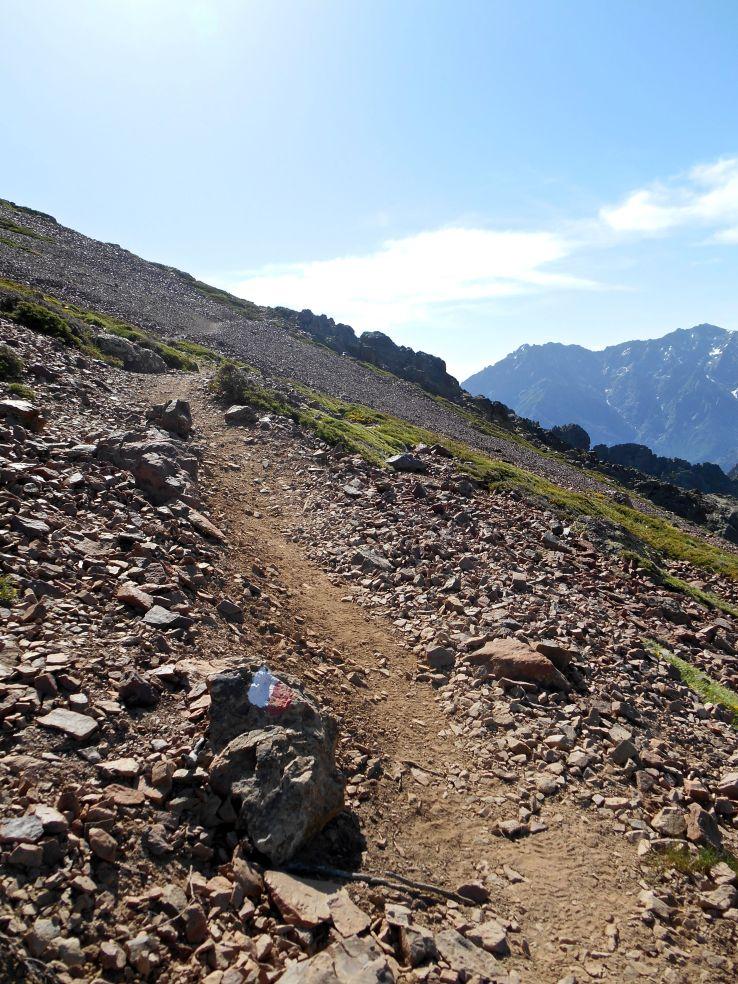 Kierunek – przełęcz Bocca d'Avartoli (1898 m). Zaczynają się przejścia, które wymagają pewnej stopy i niezachwianej równowagi.