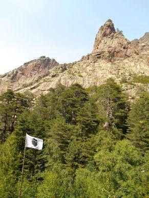 Flaga Korsyki oraz szczyt Capu Micciciagniu (1602 m).