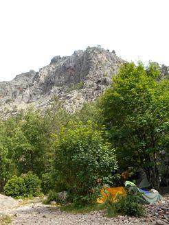 Widok na miejsce mojego namiotu (żółty namiot sympatycznej pary francusko-angielskiej) oraz na szczyt Punta di Spasimata (1863 m).