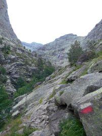 Odcinek pomiędzy kładką Spasimata oraz przełęczą di a Muvrella to głównie przejścia po dużych i mniejszych płytach kamienny, zabezpieczonych w niektórych miejscach linami. Jest sucho – mam szczęście – i nie pada. To sprawia, ze główną trudnością jest pozytywne przewyższenie do pokonania.