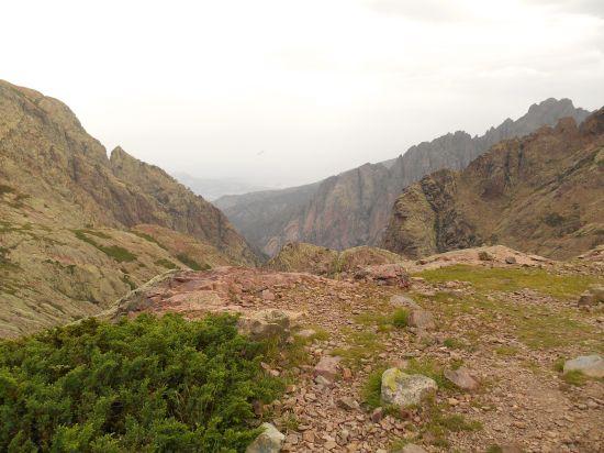 Zbliżam się coraz bardziej do przełęczy oraz jeziora Muvrella (które bardziej przypomina mały staw). Po prawej stronie widoczny szczyt – Punta Spasimata.