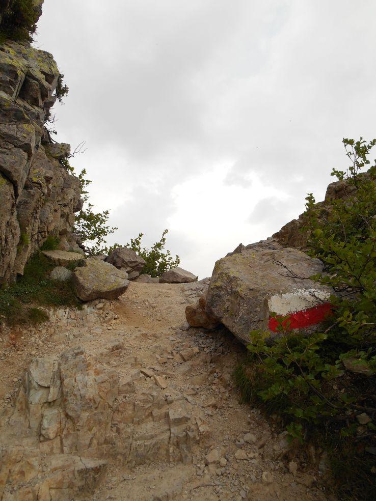 W tym miejscu, przy przełęczy Bocca di a Muvrella, bylem świadkiem ciekawego zjawiska meteorologicznego. Stojąc tuż przed przejściem na wschodnią część grani masywu Muvrella – zero wiatru, podchodząc dwa metry wyżej – porywy wiatru zmuszające do podpierania się dłońmi.