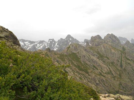 Widok na Punta Minuta oraz po raz kolejny Paglia Orba i Capu Tafunatu – w tle, przy prawej krawędzi zdjęcia.